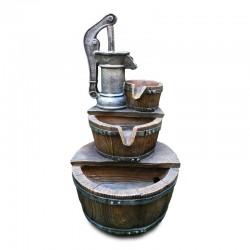 Fuente de pozo con cascada de cántaros de madera