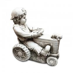 Niño manejando tractor