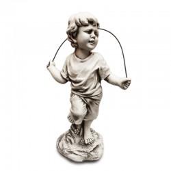 Niño saltando la cuerda