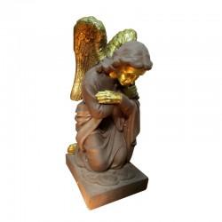Ángel de rodillas orando