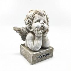 Niñito ángel pensativo