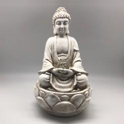 Fuente de Buda sobre flor de loto en color blanco invierno