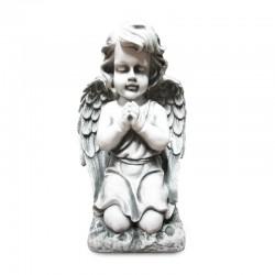 Angelito rezando de rodillas