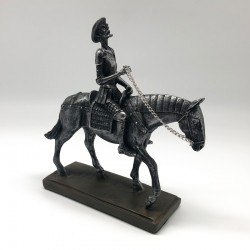 Quijote a caballo en tono gris metálico