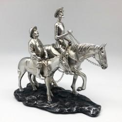 Quijote y Sancho cabalgando en tono silver con base de piedra
