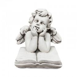 Niño ángel pensativo sobre un libro
