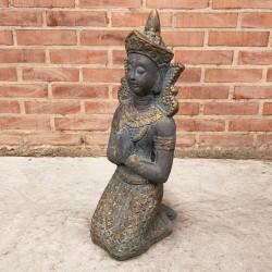 Buda Thai oscuro meditando arrodillado