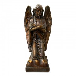 Ángel incado con brazos cruzados en tonos café