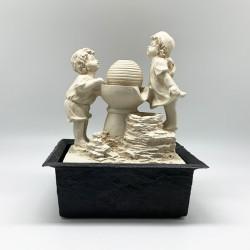 Fuente niños jugando en pileta