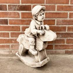 Niño jugando en caballo de madera