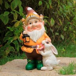 Enano viejito con conejo