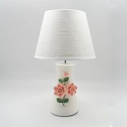 Lámpara blanca con rosas en relieve