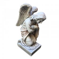 Ángel arrodillado rezando
