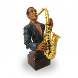 Saxofonista en pedestal